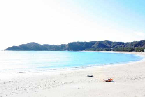 あいあい岬を後にし、弓ヶ浜へ。<br />小春日和、というか初夏のような暖かさで、サーファーさんが音楽を聴きながらベッドに寝そべっています。<br />いや~絵になるねぇ。