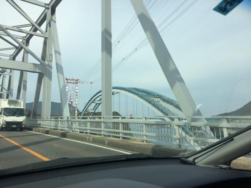 新しい橋を建設中でした。