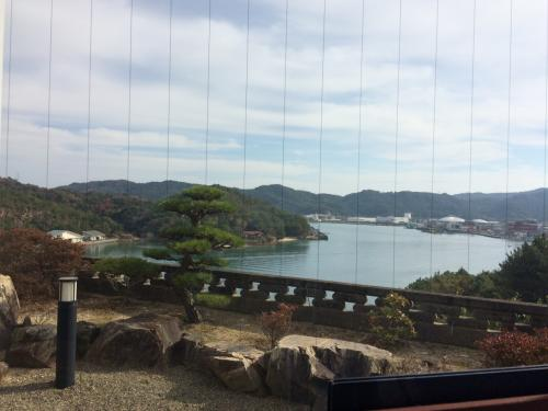 まだ11時ですが、宿も夕食を17時半に予約してあるので、松島に着いたら早めにお昼ご飯をいただきます。<br />海鮮料理の「福伸」さん。<br />窓際のカウンター席に通されました。<br /><br />