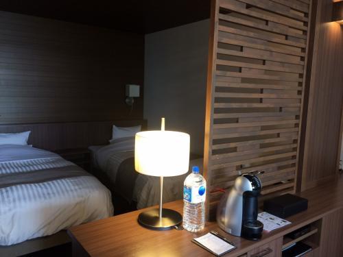 ベッドはシングルのツーベッドなので小さめ。<br />でも、見た目よりも小さくは感じず、熟睡できましたよ。<br /><br />ダブルベッド1台よりは良かったかも。<br /><br />フリーのミネラルウォーターは、2リットルのがドーンと置いてありました(笑)