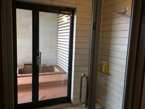 シャワールーム越しに露天風呂が見えます。<br />内湯は残念ながらありませんが、このシャワールームがとっても広くて快適でした。