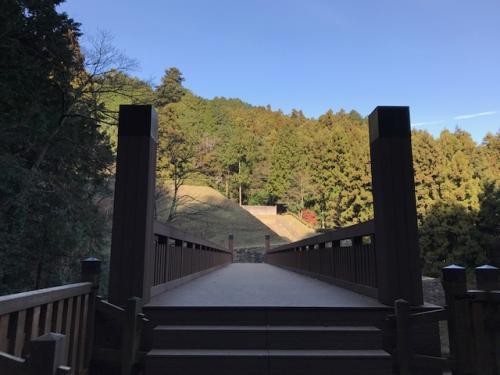 おおん?めっちゃ立派な橋だな!<br />向こうに見えるのが御主殿跡。