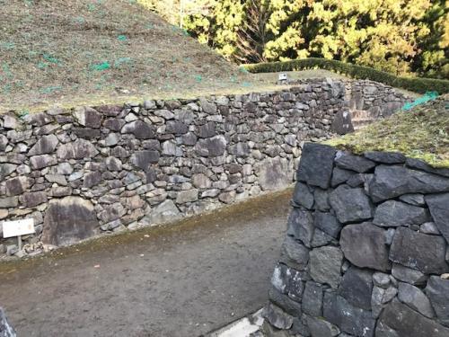 これらの石垣は、復縁されたもの。<br />戦国時代と同じ野面積という工法で積み上げられたそうです。