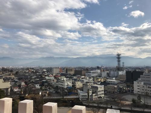 天守台からの景色もなかなか。<br />この日も残念ながら富士山は見られませんでした。<br />私が山梨・静岡を旅行した時に富士山が綺麗に見られたことって殆ど無いかも??<br /><br />公園内ではボランティアの方が色々説明して下さるので、お話をゆっくり聞くのも良いかと思います♪<br />我々はこの次に武田氏館に行かねばならなかったので、天守台でちょろっとお話を聞いただけででお暇しましたが。