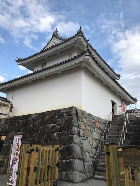 こちらの復元された櫓の中に100名城スタンプがありました(^ω^)<br /><br />後輩ちゃんの大好きな武者落としも完備w<br />ちなみに私は狭間好きです。