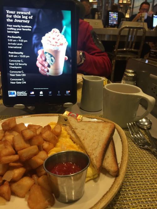 ニューアーク空港を出発。まずは朝ごはん。最近空港のレストランにネットができる端末が各テーブルに設置されているが、ご飯中は画面を消したいぐらいだ。。。。