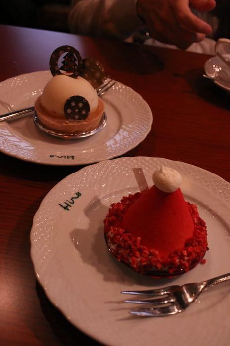 <br />ここからは23日です。<br /><br />ヒロ珈琲で珈琲とケーキ。<br /><br /><br />ケーキもクリスマス限定のものにしました。<br /><br /><br />奥のはスノードーム。<br /><br /><br />