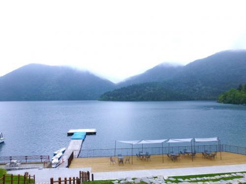 牧場から1時間弱で然別湖に到着!<br /><br />青い静かな湖。<br />うーむ、でも曇ってる……。視界はいいけど。<br /><br />とにかくまずは腹ごしらえ。<br />然別湖ネイチャーセンターの建物2階にある〈Cafe mubanchi〉でランチすることにします。<br /><br />カフェは湖に面していて、眺めがとってもいい♪<br /><br />★〈Cafe mubanchi〉<br />http://www.nature-center.jp/mubanchi/index.html