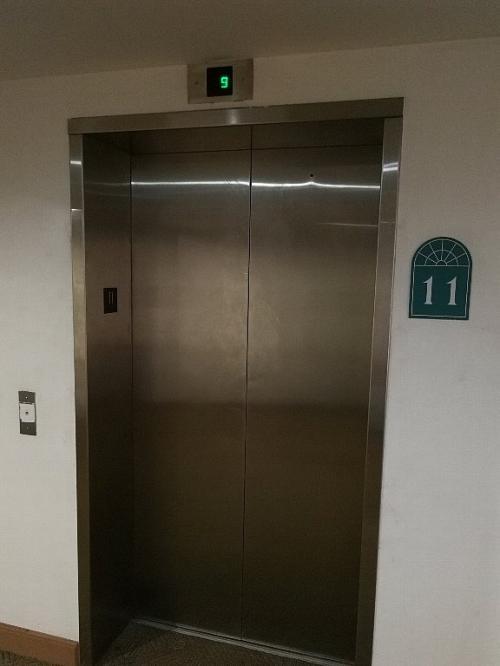 エレベーターは、かなりの旧式。