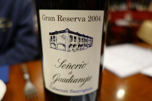 二人になったところで、ボトルワインを。選んでくれと言われてもねぇ…スペインが有りますねぇ。リオハかな?お願いしました。
