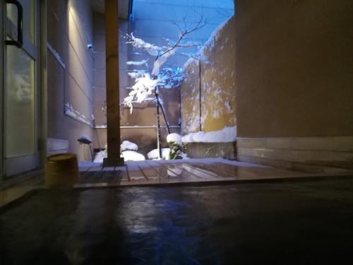 露天風呂。この日は爆弾低気圧で荒れ模様。ちょうどいい湯加減の温泉、顔に吹き付ける冷気が気持ちいい。
