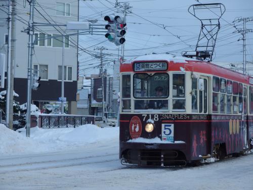 翌日、あまり観光するところもないので2-3の観光地回って宿に帰る予定。雪の中の市電、絵になります。