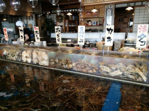 水槽にはいろいろ活きたままの海産物。