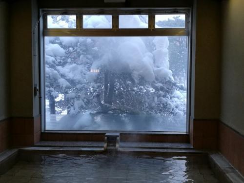 内風呂。露天より少し温度が高い。木々に積もった雪に風情を感じます。そういえば去年も札幌、雪が多かったなあ・・・
