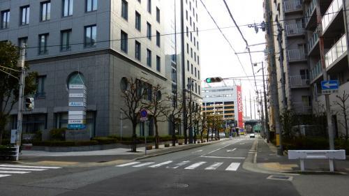 ホテル前の道を南に少し行くと、丸亀製麺、びっくりドンキー、餃子の王将があります。