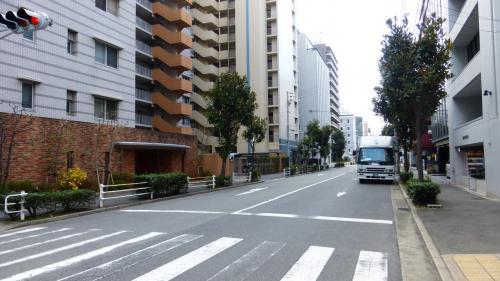 西(三宮)方向の道です。<br /><br />三宮駅から来る時も、この広い道を通って来る方が良いかと思います。<br />