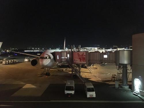 夜明け前の15番スポットです♪<br />B777ー200(JA007D)がスタンバイしています。<br />このシップは...確か日本エアシステム時代の機体なんですよね?