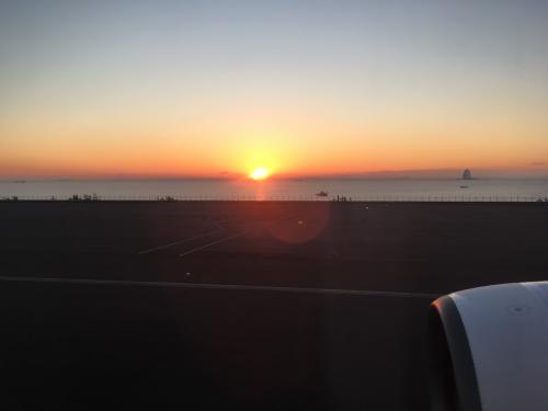 ランウェイ05からのテイクオフです♪<br />早朝便のラッシュで5番目の離陸でしたから、かなり待ち時間がありました(汗)<br /><br />テイクオフ・ローリング中に初日の出を迎えました☆<br />ナイスタイミングでしたね♪