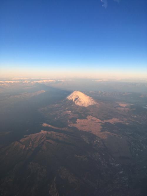 離陸後15分で地元静岡県上空に差し掛かると、快晴のもと初富士を拝むことができました♪<br /><br />自宅からは毎日富士山を見ることができますが、今日は新鮮な気持ちです☆