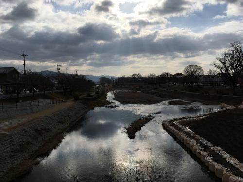 賀茂川(鴨川ではありませんので要注意です)です♪<br />京都は雲の多い天気です。気温は高めだったので助かりました(汗)