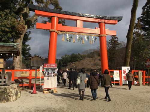 賀茂別雷神社(上賀茂神社の正式名称)に到着しました♪<br /><br />京都の元日って人が少ないですよね?