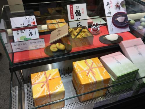 そうこうしているうちに時間が無くなってしまったので、京都駅に戻りました。<br /><br />大丸がお休みなので、京都駅でお土産を物色します♪<br />大好きな鶴屋吉信で、冬季限定の「福ハ内」を購入しました☆