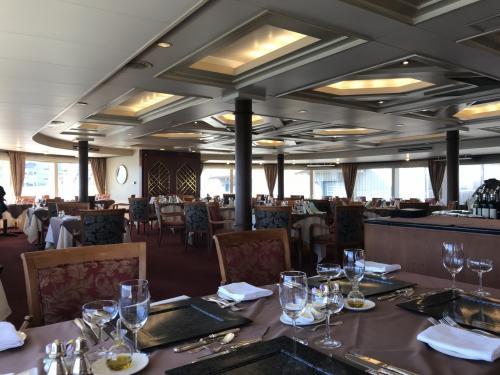 4階建ての船。<br />私達の部屋は、2階にあるフォーシーズン。<br />ここには160名着席できるそうです。<br />この後、満席になりました。