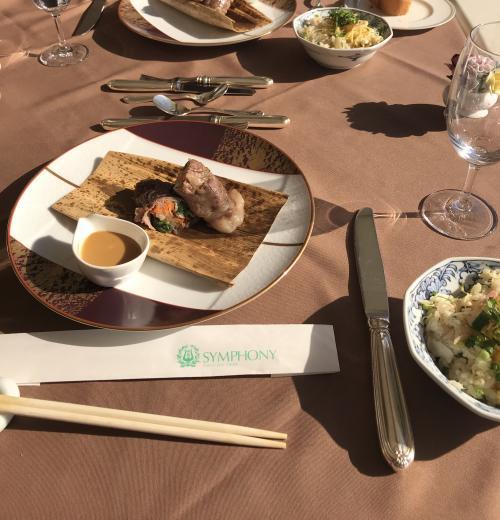 続いて、「竹」。<br />和牛の野菜包み、竹皮蒸し。鯛めしも提供されました。<br />西日が強くて、暑くなってきました。<br />景色を楽しむので、カーテンを締めるわけにもいきません。