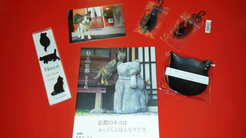 購入グッズ<br /><br />写真集とおまけのポストカードは岩合さんオリジナルですが、<br />その他のグッズは便乗して集まってきた猫グッズたちです。<br />マグネット、革製(猫の部分は七宝焼)のキーホルダーに猫型のトレー<br />実用的なものしか買っていません。<br />しかもウチの猫は黒猫ばかりなので、黒猫に義理立てして黒猫グッズばかり買ってしまいます。