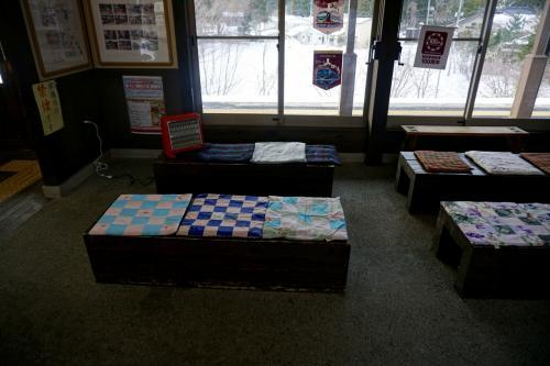 待合室は暖かい。<br />座布団と電気ストーブが暖かい・・・