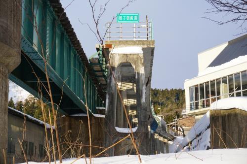 宿から20分ほどで鳴子御殿湯駅に到着。<br />(道路が凍結してなければもっと早く着いたかと)<br />この駅は、鉄橋に沿ってつくられています。