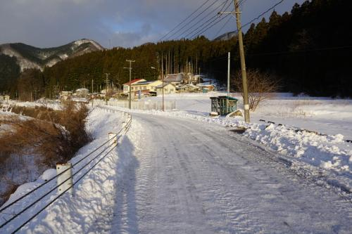 雪は山形側に比べれば、全然少ないですが、<br />道路はバリバリに凍結。<br />白い雪の上を歩かないと、<br />アスファルトはブラックバーンでめちゃめちゃ滑ります。
