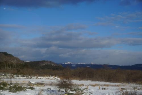 遠くに奥羽山脈が<br />さようなら奥羽山脈。<br />大雪による列車運休という思い出をありがとう。<br />旅にはこういうスパイスが必要ですよね。