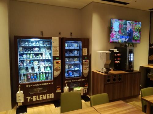 ロビーのフロントと反対方向に行くと朝食会場兼寛ぎスペースがあり、セブンイレブン自販機あります。サンドイッチやドリンク、お菓子、カップラーメンなどありました。