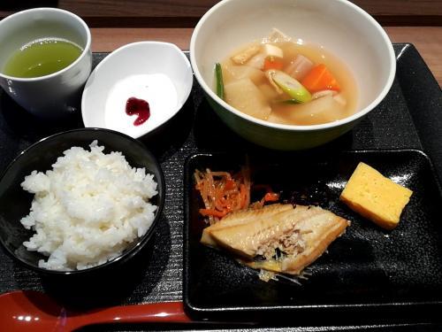 このホテルの朝食はビユッフェではなく軽定食風。<br />これが「和」。少し魚を食べちゃったけど。<br />小鉢を数種類の中から選べますが、ヨーグルトをチョイス。<br />この日は、根菜スープで魚も焼き立てだし良かったです。<br />しかし、若者には物足りないないかも?そんな時はセブンイレブン自販機でおにぎりやサンドイッチ追加してください。