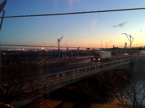 朝食会場から見える羽田空港の朝焼け。1月3日朝6時半頃です。<br />このあとB1階まで降りてシャトルバスで羽田空港へ向かいます。<br />B1階に自動チェックアウト機があります。