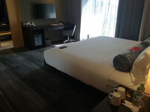 1202号室。ブリージールーム。一泊5,875台湾$。結構高いけど、SPGポイント貯まるから良いみたいです。<br />大通りに面している部屋でしたけどとても静かです。<br />広いっ!良さげ!