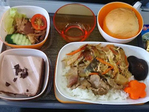 ちなみに、仲間が乗ったエバー航空の機内食です。