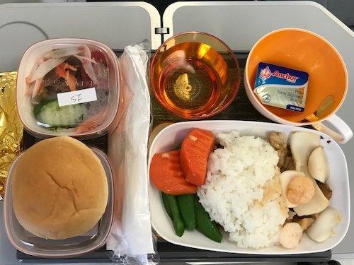 仲間の一人がリクエストした特別食(シーフード)です。<br />機内食は糖尿病用の食事とか、ベジタリアン・ミールなど、いろいろリクエストできますので、航空会社にお問い合わせください。