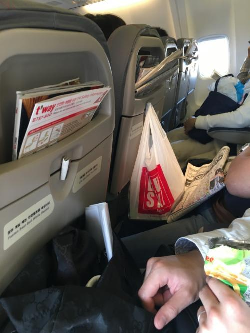 ほぼ定刻通り出発。座席は狭いけど、なんとかなります。それより、座席前のポケットがなくて不便でした。