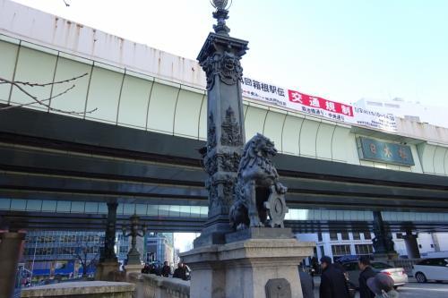日本橋を見て行く<br /><br />1964年の東京オリンピックの時に、橋の上に高速道路が通ってしまい、景観はひどいものに成ってしまった。<br />トンネルも検討したらしいが、下には銀座線が通っており諦めた。<br />現在も、高速道路の地下化を検討している様だ。