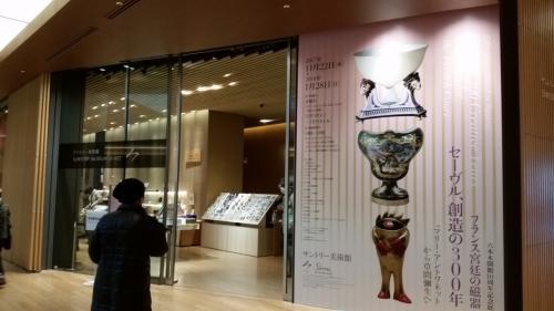 美術館入口<br /> デパートのような入口で、前面に売店。右手に、100円を入れ、後で戻ってくるロッカーがあります。