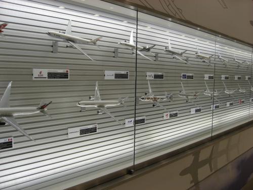 展望デッキに行く途中には、色々な飛行機が飾ってあります。