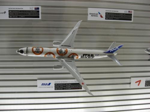 この機に乗ってみたいです、機内も全部スターウォーズ仕様になっているんでしょ?