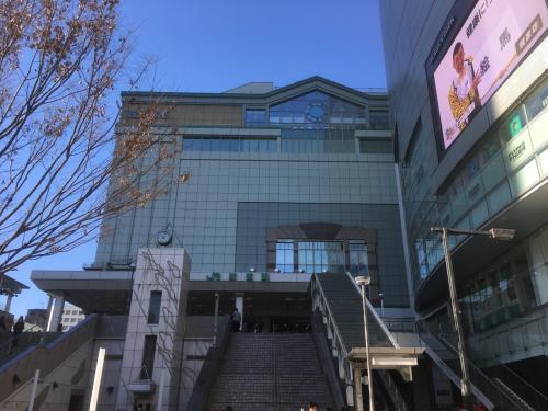 ウインズを後にして、次の目的地に移動します。<br /><br />新宿駅に出てきました。