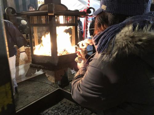 おけら詣り<br /><br />吉兆縄(¥700)を買って、おけら火をつけます。