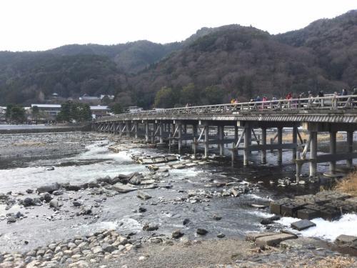 雨は降っていなかったので、新幹線を降りて在来線に乗り換え嵐山へ行きました。<br /><br />年末、気温の低い日が続いたので 寒さを心配してましたが、とっても暖かい(^-^)<br />そして、思ったよりも人が少ない?