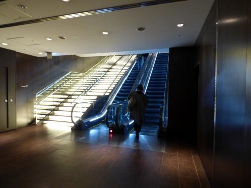 エスカレーターで上階に昇り