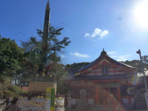 大門松と紅葉八幡宮
