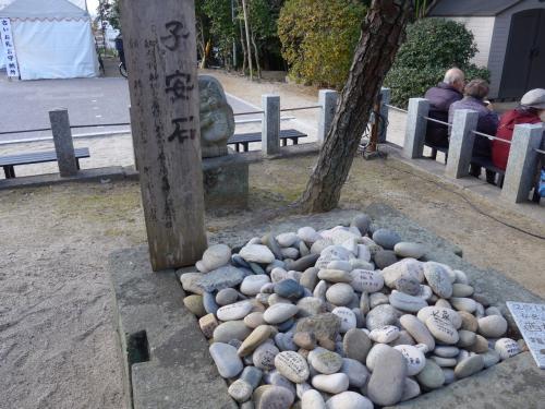 紅葉八幡宮は安産・子安の八幡です<br />子安岩があり祈願の石が置かれていました